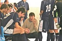 Lodivod mladých talentů Amoru Antonín Petlach má svým svěřencům během zápasů co říct. Snaha se ovšem vyplácí, členové týmu jdou podle výsledků výkonnostně nahoru.