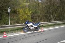 Předjíždět kolonu aut se v sobotu dopoledne nevyplatilo motorkářce na silnici I/50 u Nevojic. Srazilo ji auto.