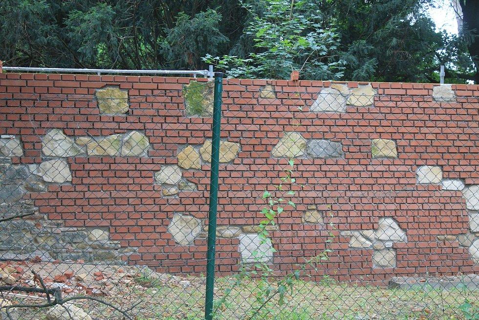 Moderní cihlovou zeď prokládají staré kameny. Lidem se to ale nelíbí.