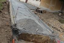 Opravu cesty na letonický hřbitov by měly dělníci dokončit během srpna.