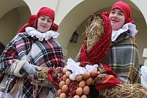 Dívky z vyškovského folklorního souboru Klebetníček vynesly z Vyškova smrt a zimu.