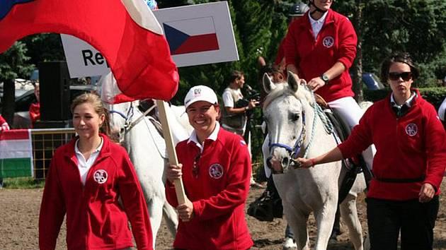VRCHOL KARIÉRY. Na oficiálním představení týmů viděli návštěvníci zářijového světového mistrovství ve vytrvalostních závodech juniorů a mladých jezdců i tuto českou výpravu. Její součástí byla i na koni sedící Silvie Lorenzová.