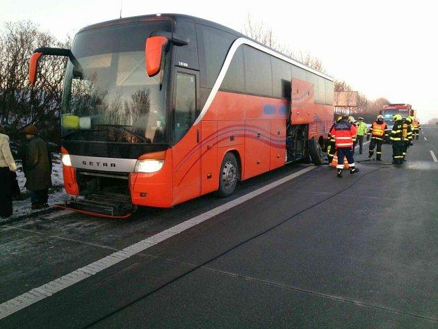 Kvůli požáru musel na 222.kilometru dálnice D1 uTučap ve směru na Brno vsobotu odpoledne zastavit autobus plný cestujících.