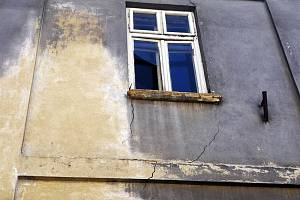 Měšťanský dům ve Slavkově u Brna je dlouhodobě ve špatném stavu. Do budovy zatéká a na stěnách jsou viditelné trhliny.