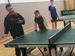 Reprezentační trenér Josef Braun při tréninkové  jednotce s mladými stolními tenisty nejen z Vyškovska.