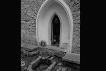 Studánka Strachotínka v  Hamiltonech. Známé poutní místo s novogotickou kaplí patří k nejposvátnějším na Vyškovsku. Podle legendy zde kolem roku 865 kázali a křtili svatý Cyril a Metoděj. Ilustrační foto.
