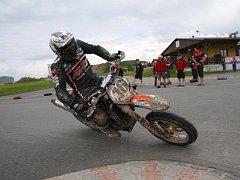 Supermoto kombinuje závody na asfaltu a v terénu.. Ilustrační fotografie.