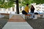 Nové lavičky jsou v bílé barvě se sedáky v imitaci lakovaného dřeva.