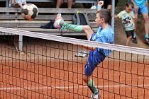 Nohejbalisté rozehráli okresní přebor. Desetiletý talent František Dlabka hraje za muže v Holubicích.