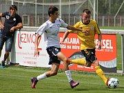 V posledním přípravném utkání na start svých mistrovských soutěží remizoval divizní Slovan Rosice (ve žlutém) s třeliligovým MFK Vyškov.