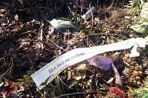 Mezi zeleným odpadem se objevily umělohmotné části ze hřbitova.