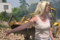 Žena na snímku se v neděli všemožně snažila fotografovi zabránit v pořízení záběru z bourání ruiny v Bohatých Málkovicích. K odstranění stavby totiž chybí demoliční výměr.