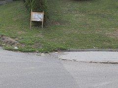Druhý měsíc je kvůli opravě zcela uzavřený průtah Komořany. Řada řidičů kritizuje značení objížděk, neví, kam mají jet. Někteří se tak postarali o vyznačení vlastní objížďky.