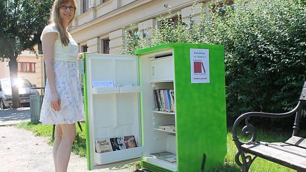 Vedení vyškovské knihovny umístilo druhou knihobudku do parčíku před budovou. Posloužila lednice.