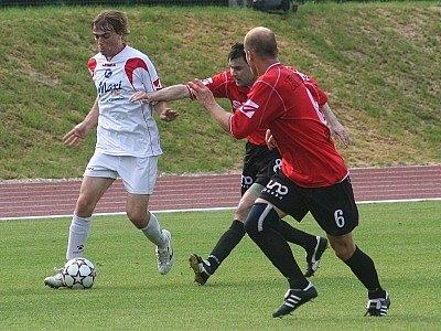 Nejlepším fotbalovým střelcem vyškovského družstva Rostexu se v podzimní části stal útočník Martin Lička (u míče). Konta soupeřů zatížil celkem patnácti brankami, ale i tak v současnosti postrádá rovnocenného útočného kolegu.