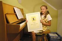 TALENTOVANÁ KLAVÍRISTKA. Kateřina Pflimpflová má za sebou už několik úspěchů. Těší ji například druhé místo v uznávané soutěži Amadeus. Ocenění si váží o to víc i proto, že první místo tehdy porota vůbec neudělila.