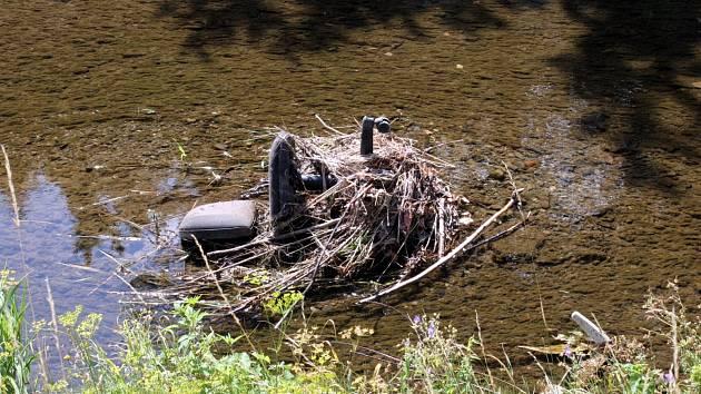 Vody říčky Hané opadly natolik, že je vidět i odpad, který tam lidé naházeli.