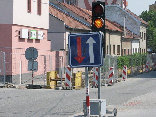 Unikající plyn v Tyršově ulici ve Vyškově bude minulostí. Místo zrezivělého potrubí bude nově proudit plastovými trubkami.