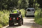 Osm terénních čtyřkolek a devět motocyklů brázdilo lesy Vojenského újezdu Březina. Policisté společně s vojenskou policií je museli najít a zastavit. Tentokrát šlo o společné cvičení.