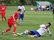 Fotbalisté MFK Vyškov (v červeném) remizovali v přípravném utkání s SK Líšeň 1:1. Hrálo se v Lysovicích.