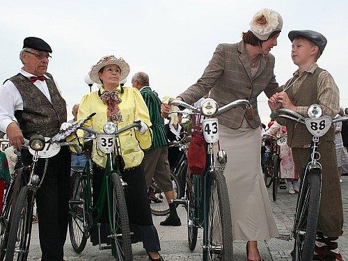 Na trati mezi Slavkovem a Olšany se v sobotu řidiči mohou setkat s majiteli velocipedů. Ti si totiž přijeli zasoutěžit na silniční závod těchto historických kol.