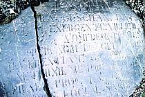 NEČEKANÝ OBJEV. Zlomek pomníku k poctě orby císaře Josefa II. o rozměrech 1×1,8 metru ležel v zapomnění v Čechyni.
