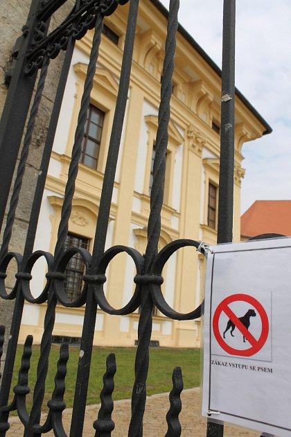 Někteří pejskaři ve Slavkově uBrna kritizují vyhlášku zámku, kterou nedávno vydal. Zakazuje jim venčit psy vparku. Vedení památky argumentuje, že většina znich po svých mazlíčcích neuklízela exkrementy.