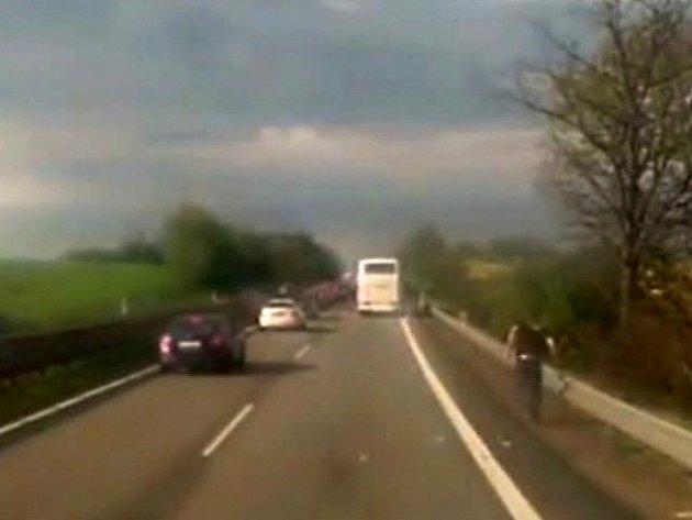 Na dálnici mezi Vyškovem a Prostějovem z autobusu vypadl jeden z cestujících.