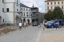 Vyškovští chodci se v době oprav proplétají mezi auty.