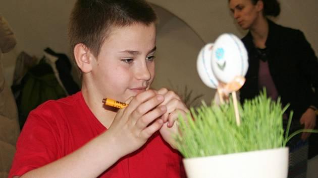 Žáci 5.C Základní školy Nádražní 5 ve Vyškově si na Velikonočních muzejních dílničkách nazdobili skleněná vajíčka a vyrobili na ně krabičku se zajícem.