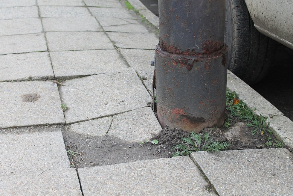 Jako na zapadlé vesnici. Tak někteří obyvatelé Trávnické ulice v Bučovicích hodnotí okolí svých domů. A to kvůli nevyhovujícím chodníkům i stavu silnice.
