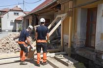 Zeď staršího řadového domu spadla do silnice v Křižanovicích. Na místě zasahovali hasiči.