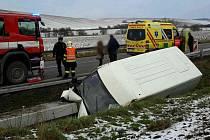 Havárie dodávky u Nesovic zablokovala provoz na I/50. Pro zraněného řidiče přiletěl vrtulník.