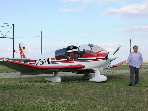 Vyškovský aeroklub létá nad městem a okolím v novém letadle. Robin je francouzské výroby. Než stroj dorazil do České republiky, využívali ho v Německu.