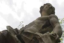 Osm soch z dvaadvaceti v katastrofálním stavu letos opraví na zámku ve Slavkově u Brna.