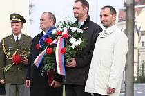 Vyškované uctili republiku věnci, starosta Vyškova Jiří Piňos (druhý zleva).