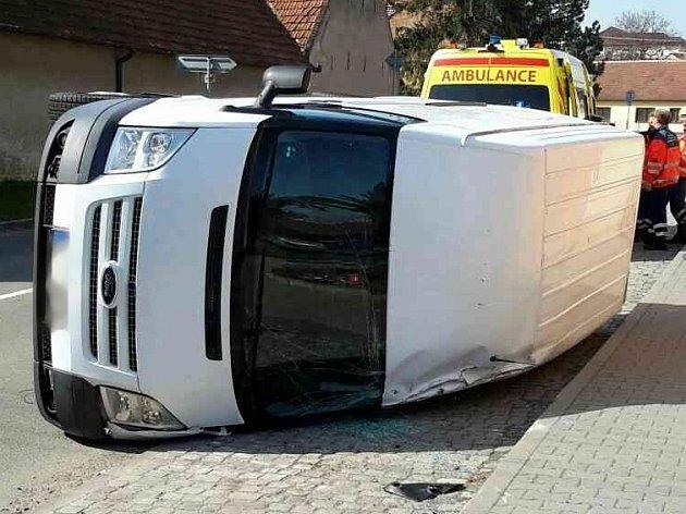 V křenovické Sokolské ulici se srazila dodávka s osobním autem.