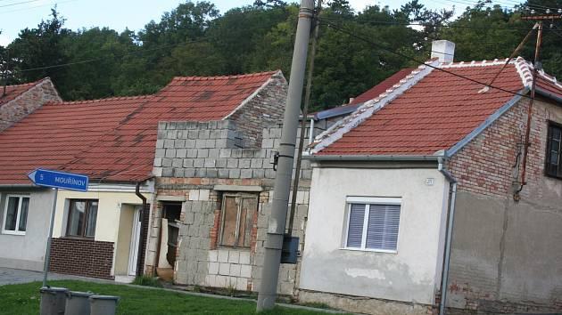 První a třetí dům na snímku chce bučovická radnice koupit a srovnat je se zemí.