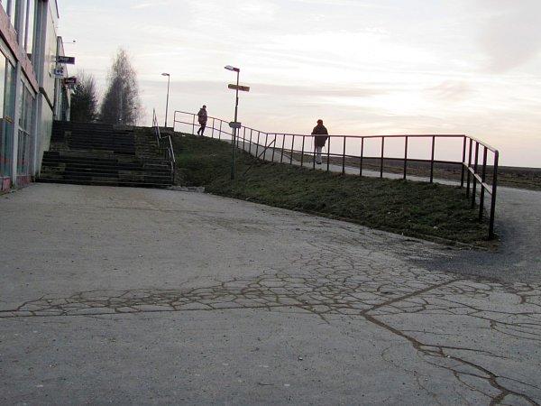Zchátralé schodiště uobchodního domu Moravan ve vyškovských Dědicích.