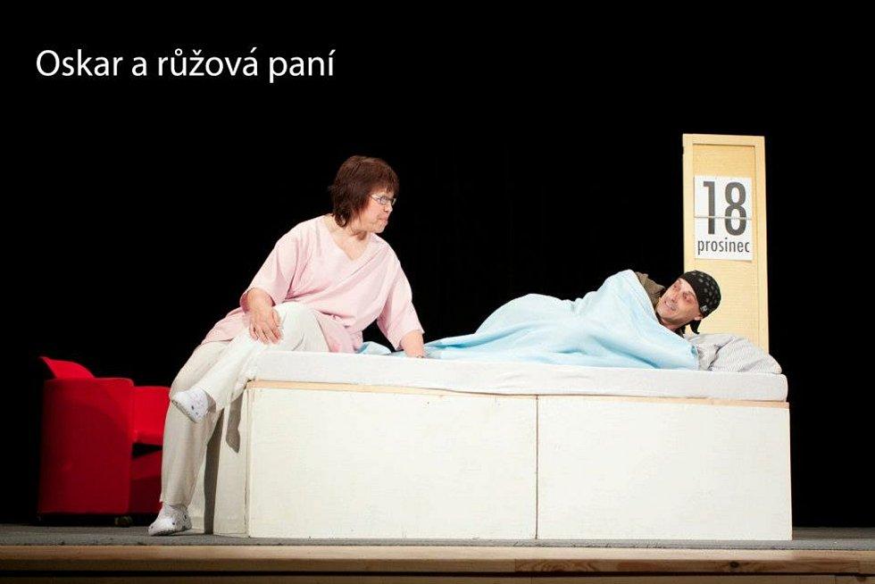 Křenovičtí ochotníci a fotografie z představení Oskar a růžová paní.
