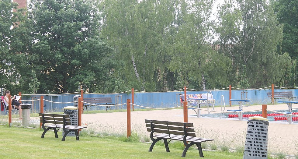 Venkovní areál akvaparku je prostorem pro zábavu i odpočinek.