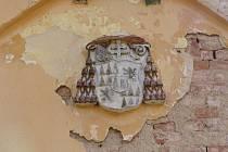 Z bývalého zámečku Ferdinandsko ve vojenském prostoru zmizel erb.