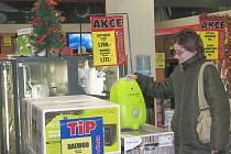 Některé obchody už začaly nabízet povánoční slevy. Další se připojí hned po novém roce.
