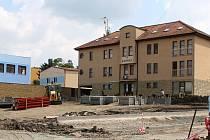 Právě rekonstruovaný prostor před otnickou radnicí vyjde obec na jedenáct milionů korun.