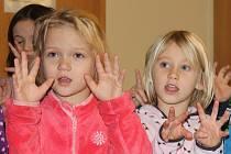 Děti z vyškovské Mateřské školy Havlíčkova zpívaly úředníkům.