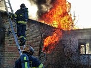 Jak se chovají tlakové lahve při požáru? To zjišťovali hasiči na ojedinělém výcviku v areálu bývalých Uměleckoprůmyslových závodů v Bučovicích.