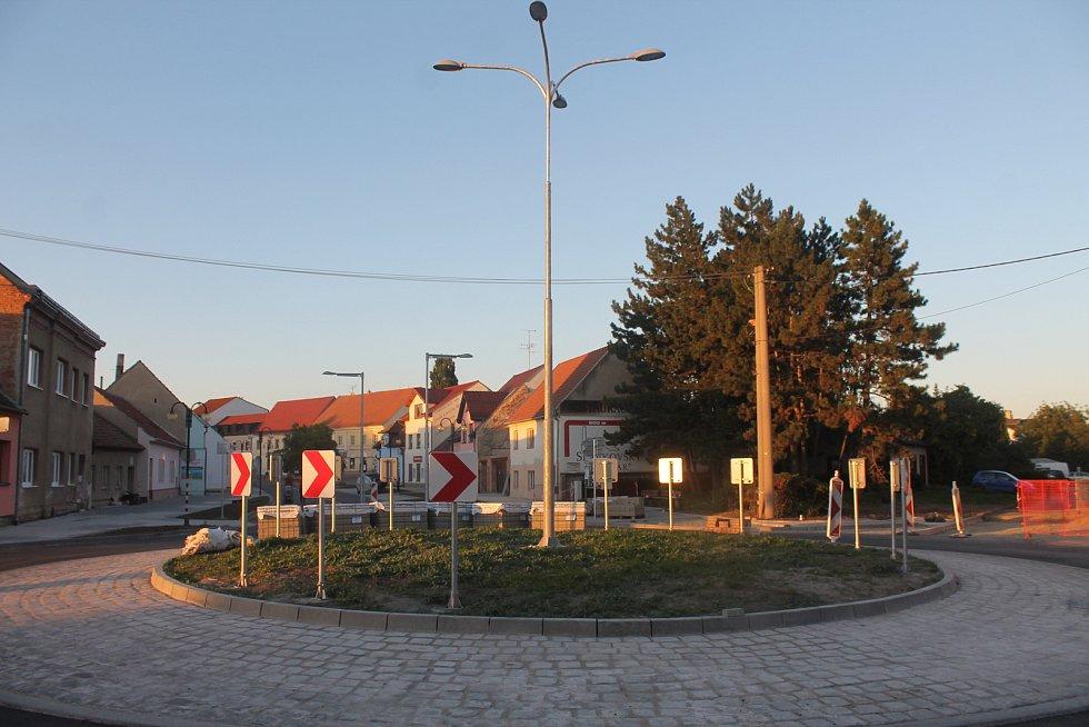Nový kruhový objezd na křižovatce ulic Slovákova, Československé armády a Polní.