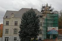 Ve Slavkově u Brna opravují střechu SC Bonaparte.
