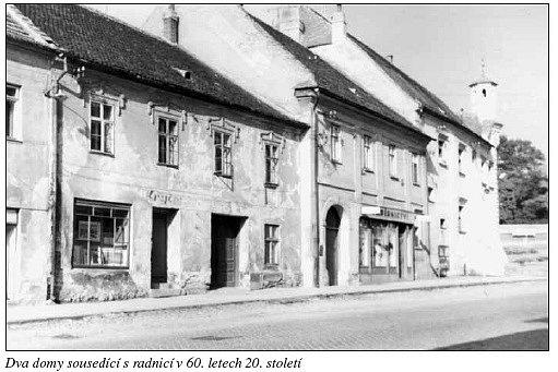 Dva domy sousedící s radnicí v 60. letech 20. století