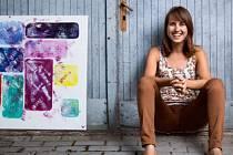 Malířka Lea Kolkopová vytváří abstraktní obrazy.